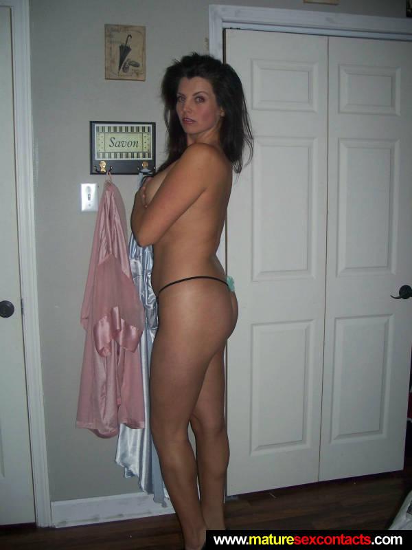 Sexy MILF slowly stripping off